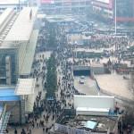 上海駅前のひとごみ