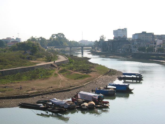 ホテルの窓から見える国境の河、向こうの橋が「中国-ベトナム」国境